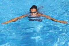Nadador de sexo femenino bonito Foto de archivo libre de regalías
