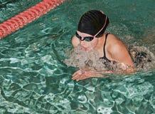 Nadador de sexo femenino de la braza Imagen de archivo libre de regalías