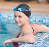 Nadador de sexo femenino en piscina del agua azul Deporte Fotografía de archivo libre de regalías