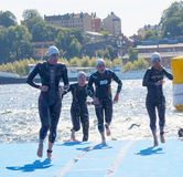 Nadador de sexo femenino que sube para arriba del agua Fotos de archivo