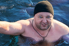 Nadador del invierno en el agua con hielo fotos de archivo
