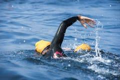 Nadador desconocido en el mar Imagen de archivo libre de regalías