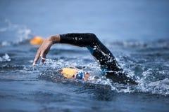 Nadador desconocido en el mar Imagenes de archivo