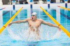 Nadador dinâmico e apto na execução de respiração do tampão saltando a água, conceito da vitória, liberdade, felicidade Foto de Stock Royalty Free