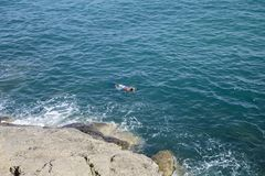 Nadador em uma máscara para nadar no mar Fotos de Stock Royalty Free