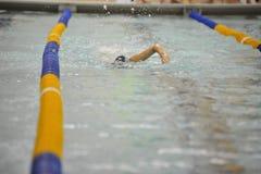 Nadador en carril de los nadadores Foto de archivo libre de regalías