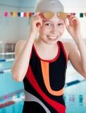 Nadador en comienzo en piscina de la escuela Fotografía de archivo