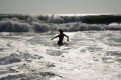Nadador en la luz de plata en la puesta del sol Fotos de archivo libres de regalías
