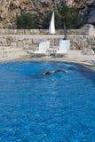 Nadador en la piscina imagenes de archivo
