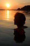 Nadador en la puesta del sol en el mar Báltico, Suecia Imagen de archivo libre de regalías