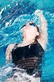 Nadador en la reunión de nadada que hace revés Fotografía de archivo