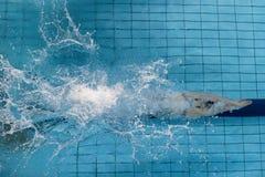 Nadador fêmea, esse salto e mergulho no swimmi do esporte interno fotografia de stock