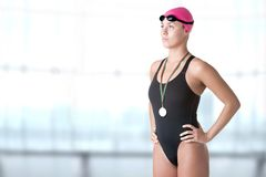 Nadador fêmea Holding Medal Imagens de Stock Royalty Free