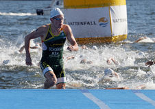 Nadador Henri Schoeman (RSA) que sube para arriba del agua Foto de archivo