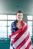 Nadador joven cubierto con la bandera de los E.E.U.U. Imágenes de archivo libres de regalías