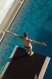 Nadador listo para zambullirse en la piscina Imagenes de archivo