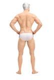 Nadador masculino considerável nos troncos de nadada brancos Fotografia de Stock