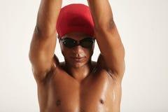 Nadador negro joven que aumenta las manos hasta zambullida Foto de archivo libre de regalías