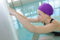 Nadador poised para retroceder para trás fotos de stock royalty free