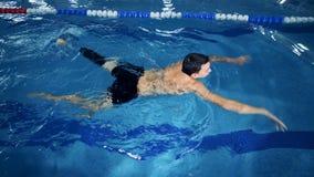 Nadador profesional con el entrenamiento de la prótesis de la pierna en una piscina almacen de metraje de vídeo