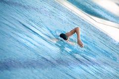 Nadador que nada arrastre delantero Foto de archivo