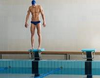 Nadador que se coloca en bloque el comenzar fotos de archivo