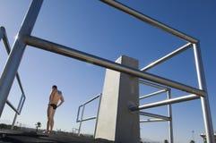 Nadador que se prepara para zambullirse Foto de archivo
