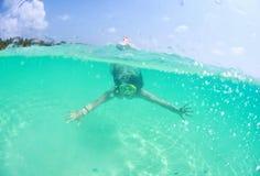 Nadador 'sexy' bonito feliz da mulher da senhora no mergulho do oceano imagens de stock royalty free