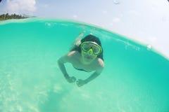 Nadador 'sexy' bonito feliz da mulher da senhora no mergulho do oceano fotografia de stock