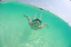 Nadador 'sexy' bonito feliz da mulher da senhora no mergulho do oceano foto de stock