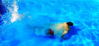 Nadador sob a água fotos de stock