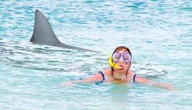 Nadador terrificado que foge do tubarão branco imagens de stock