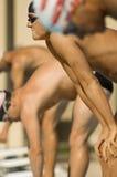 Nadadores alineados en los bloques que comienzan fotografía de archivo