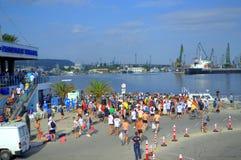 Nadadores da maratona de Galata-Varna no porto Varna Fotos de Stock