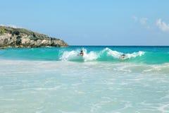 Nadadores de la playa de Bermudas foto de archivo