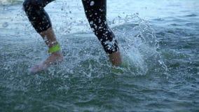 Nadadores dos atletas que mudam a disciplina da raça da natação a biking no rio video estoque