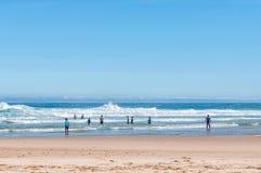 Nadadores em uma praia Fotos de Stock Royalty Free