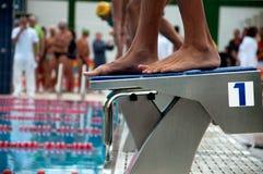 Nadadores listos para nadar imagen de archivo libre de regalías