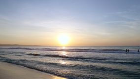 Nadadores no nascer do sol do mar que filtra certo filme