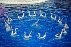 Nadadores sincronizados en cuento de hadas del Año Nuevo Imagenes de archivo