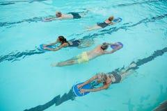 Nadadores superiores com natação do instrutor na associação fotos de stock royalty free
