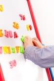 Nadaje się w górę małego młodego chłopiec działania na chalkboard Obrazy Royalty Free