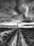 Nadajnika maszt przeglądać od Howdale Cumuje pod ciemnym groźnym złowrogim niebem Obrazy Stock