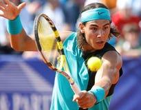 Nadal που χτυπά τη σφαίρα Στοκ Εικόνες