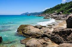 Nadando y disfrutando de la playa y de la naturaleza de los medios galopes Mendes en Ilha grande. El Brasil. Río hace Janeiro. Fotos de archivo