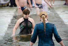 Nadar no gelo-furo Imagem de Stock Royalty Free