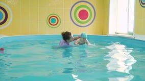 Nadar pequeno do bebê subaquático na associação video estoque