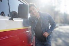 Nadaremny mężczyzna sprawdza jego spojrzenia w lustrze jego samochód zdjęcia royalty free