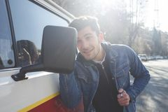 Nadaremny mężczyzna sprawdza jego spojrzenia w lustrze jego samochód obrazy royalty free