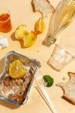 Nadat het banket wordt gebeëindigd Voedselafval op lijst na dinerpartij Resten, lege platen, linker half gegeten voedsel en maalt royalty-vrije stock foto